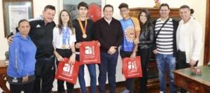 El alcalde recibe a los campeones nacionales de Taekwondo y Natación en el Ayuntamiento de Arona