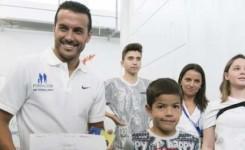 El Hospital del Sur recibe 'con honores' la visita del jugador de fútbol 'Pedrito'