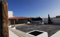 El Concejal de Obras, Carlos Brito visita las obras de remodelación de la plaza de La Caleta, una demanda de este pueblo turístico, que supondrá un espacio de ocio y disfrute