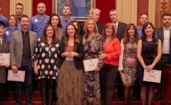 La alcaldesa de Santa Cruz felicita a los trabajadores municipales en la entrega de Medallas por sus años de servicio