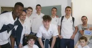 Los pacientes pediátricos de La Candelaria y el HUC 'encestan' junto a los juniors del Real Madrid de baloncesto