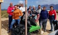 Internos de la prisión de Arrecife limpian de residuos la costa de Famara