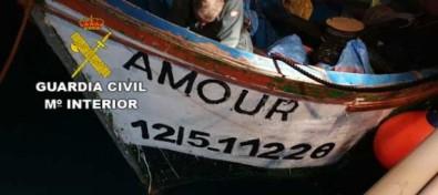 La Guardia Civil interceptó una embarcación irregular que se dirigía a Gran Canaria