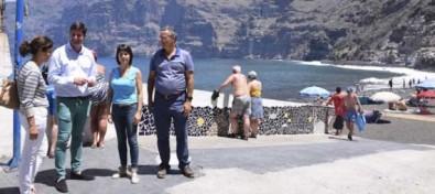 El Alcalde firma el acta de replanteo para iniciar las obras de la tercera fase de mejora y recuperación de la playa de Los Guíos