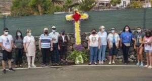 La población adejera celebra el Día de la Cruz engalanando sus barrios
