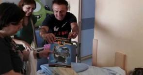 Los niños hospitalizados en el HUC reciben regalos de Loro Parque Fundación y Santillana