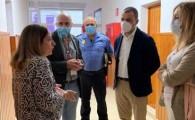 Pedro Rodríguez, la subdelegada del Gobierno y el presidente de Cruz Roja en Canarias visitan a los inmigrantes trasladados a la Residencia Escolar Santa María de Guía
