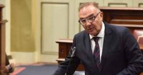 Baltar pide que se contemple la insularidad en el informe de la Defensa de la Sanidad Pública