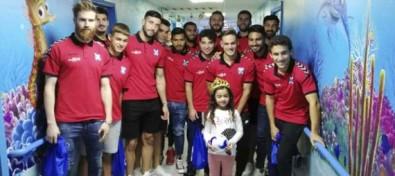 Los niños ingresados en el HUC disfrutan de la visita de los jugadores del CD Tenerife