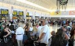 Las patronales turísticas, preocupadas por que pueda aplicarse un impuesto al queroseno a los vuelos con origen o destino Canarias