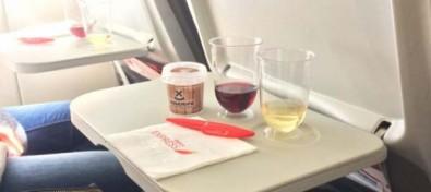 Tenerife organiza una cata de vinos a 30.000 pies de altitud durante un vuelo de Iberia Express