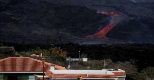 Evacuados los vecinos de varios barrios de Tazacorte ante el avance de la lava